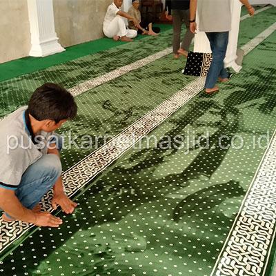 merapihkan karpet masjid