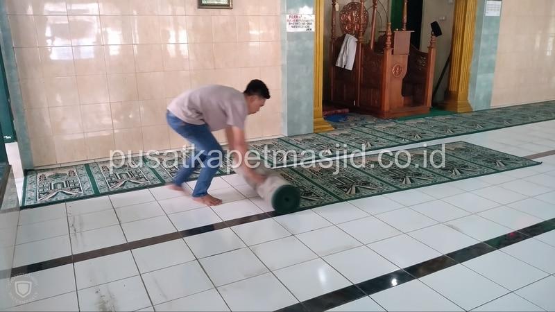 menggulung karpet masjid
