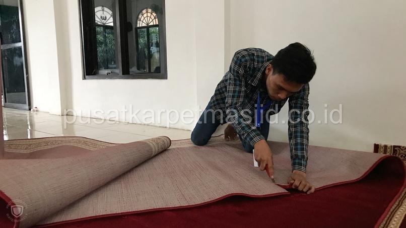 memotong karpet masjid