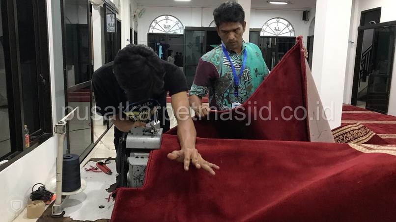 menjahit karpet masjid