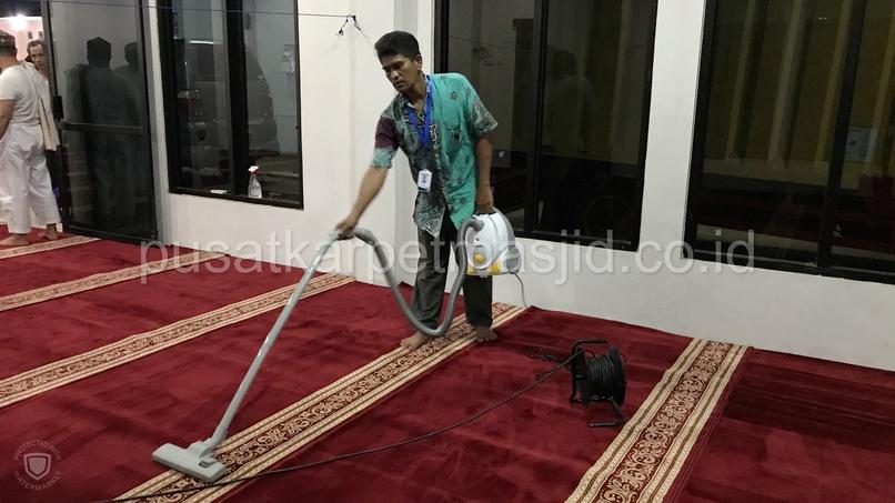 membersihkan karpet masjid