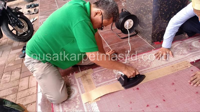 menyambung karpet masjid