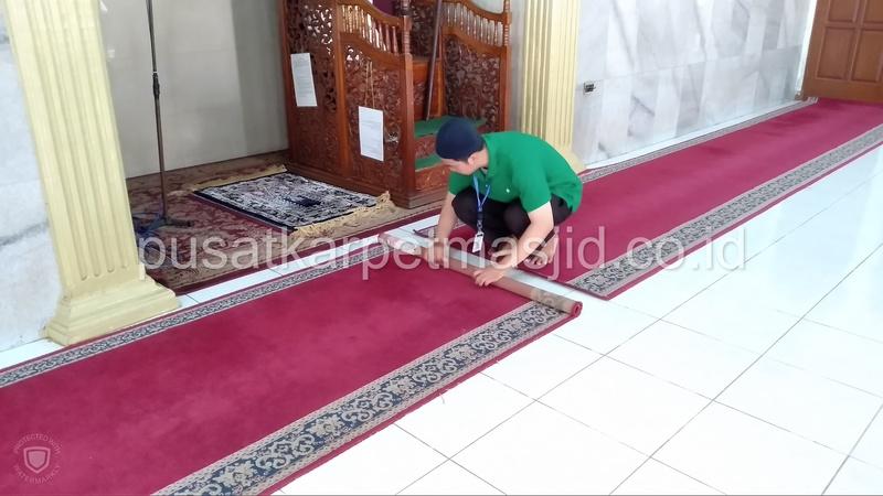 gulung karpet masjid