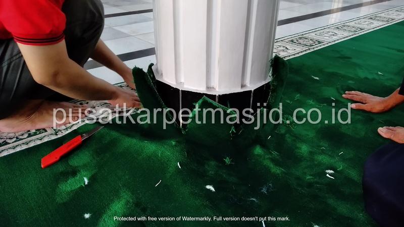 potong karpet masjid di tiang