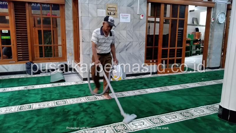 vacuum karpet masjid