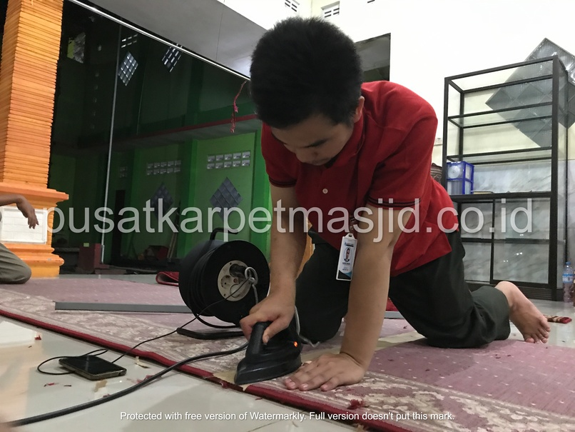 menempel karpet masjid