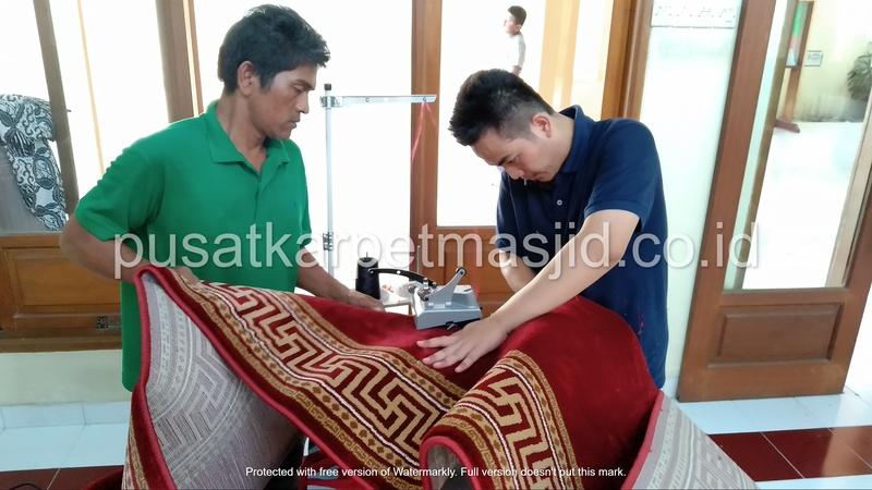 proses pemasangan karpet masjid